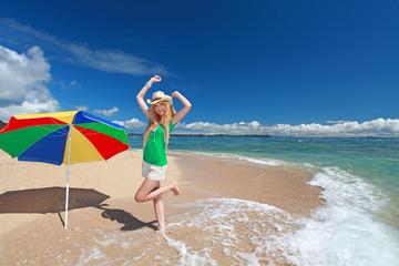 久高島のビーチではしゃぐ笑顔の女性