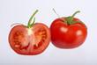 Tomate mit Tomatenhälfte