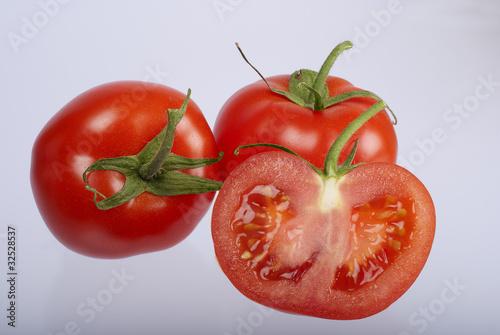 Tomaten mit Tomatenhälfte
