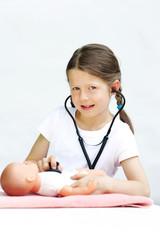 Kind spielt Ärztin
