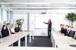 Geschäftsleute bei Besprechung, Personen blicken her
