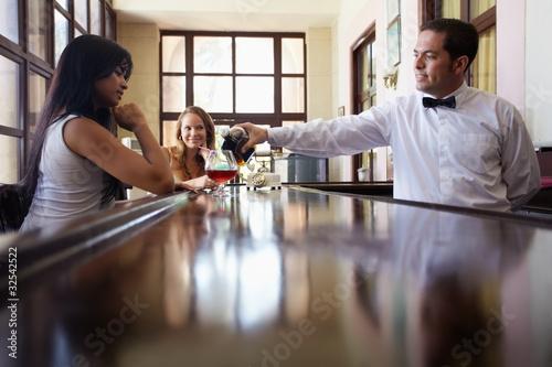 kobiety pije koktajl w pubie