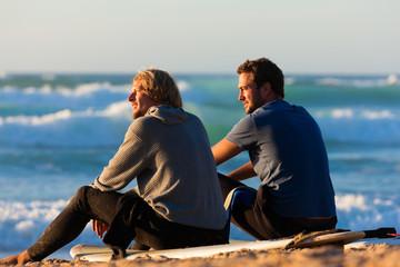 Zwei Surfer am Strand unterhalten sich
