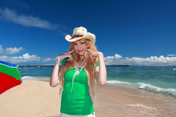 久高島の真っ白い砂浜と笑顔の女性