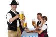Bayrischer Mann mit Freunden prostet mit Oktoberfest Bier zu
