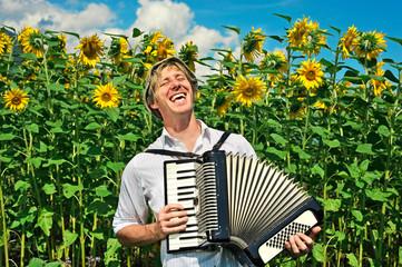 junger Mann mit Ziehharmonika beim Singen