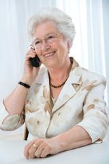 Attraktive Seniorin am Telefon