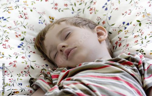schlafendes kind im bett von optimistin lizenzfreies foto 32558518 auf. Black Bedroom Furniture Sets. Home Design Ideas