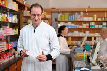 Junger Apotheker sucht ein Medikament heraus