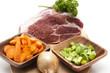 Rohes Fleisch mit Gemüse