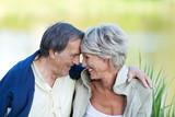 Fototapety verliebtes älteres paar am see