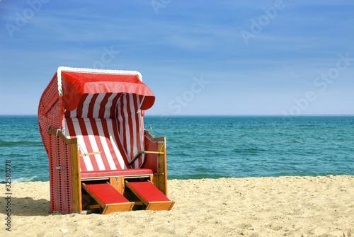 Roter Strandkorb am Meer 312