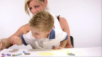 mamma e figlio disegnano