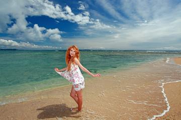 久高島のビーチでリフレッシュしている笑顔の女性