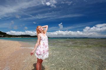 久高島のビーチで寛ぐ笑顔の女性