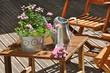 potée, arrosoir et gants de jardinage sur terrasse