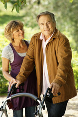 Älteres Paar - der Mann ist gehbehindert