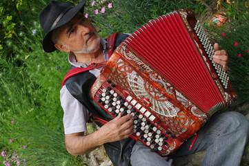 homme jouant de l'accordéon