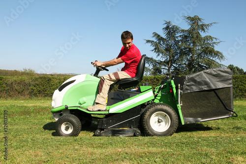 Jardinier p pini riste paysagiste tond la pelouse for Tarif jardinier paysagiste