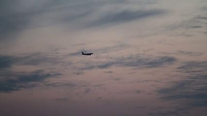 Flugzeug am Abendhimmel