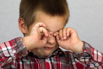 Kind reibt sich die Augen