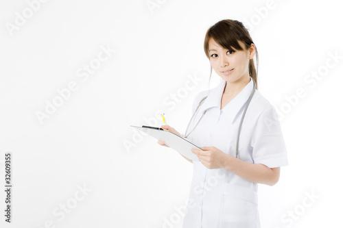 カルテを書く医療従事者