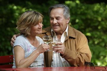 Glückliches älteres Paar trinkt Wein