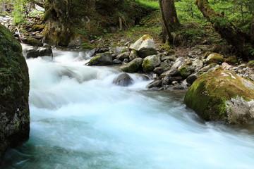 torrente con acqua turchese