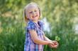 glückliches kind hält pflanze in händen