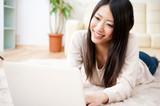 szép ázsiai nő, laptop számítógépet használ