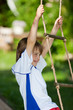 junge klettert auf strickleiter