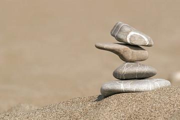 Steinstapel im Sand