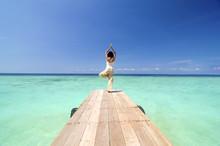 Aziatische Yogo op mooie strand
