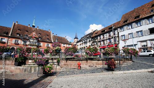 piazza di un villaggio tipico alsaziano, Francia
