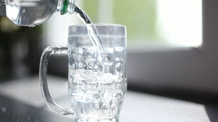 wasser in glas schütten / filling a glass with water