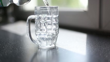 glas läuft über, zu viel wasser - das maß ist voll