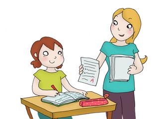 bambina riceve un buon voto a scuola