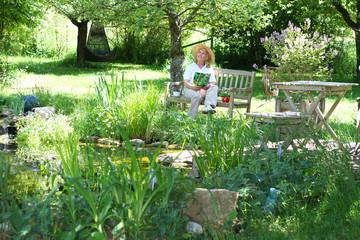 Gärtnerin im Garten
