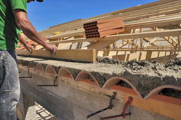 Maçon qui construit une maison provençale