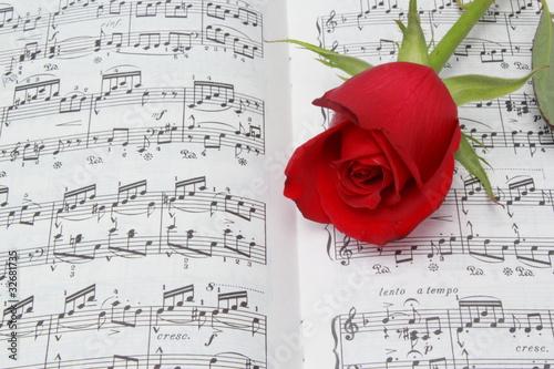 Partitura de piano con una rosa