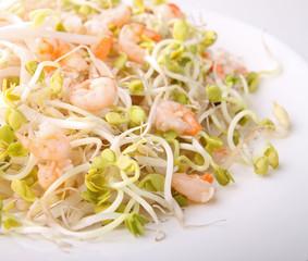 salade, crevettes et pousse de soja et radis