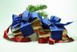 Weihnachtsgeschenke mit Tannenzweig und rotem Band