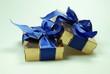 Geschenke mit blauem Band