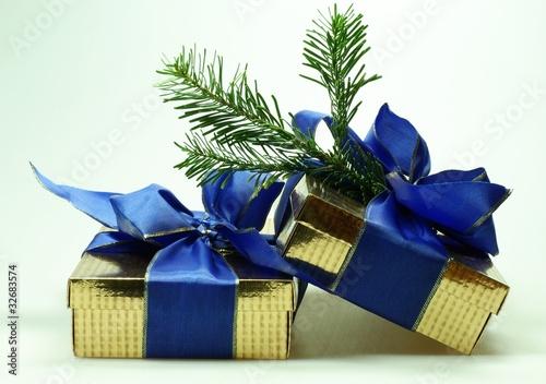 Weihnachtsgeschenke mit Tannenweig