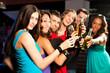 Leute trinken Bier in Bar oder Club
