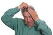 Senior kämmt sich mit einem Kamm