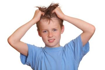 Junge rauft die Haare