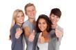 vier motivierte junge leute zeigen daumen hoch
