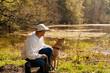 Pause mit Hund und Mann am Teich