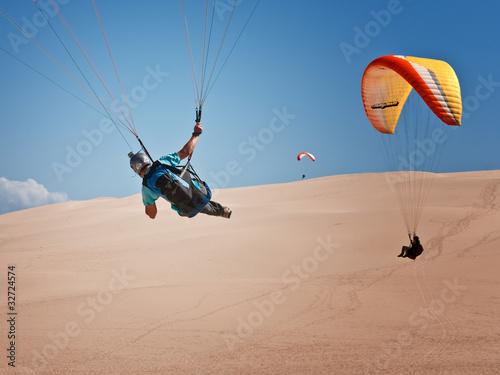 parapentiste de dos effectuant un virage sur la dune du pilat p - 32724574